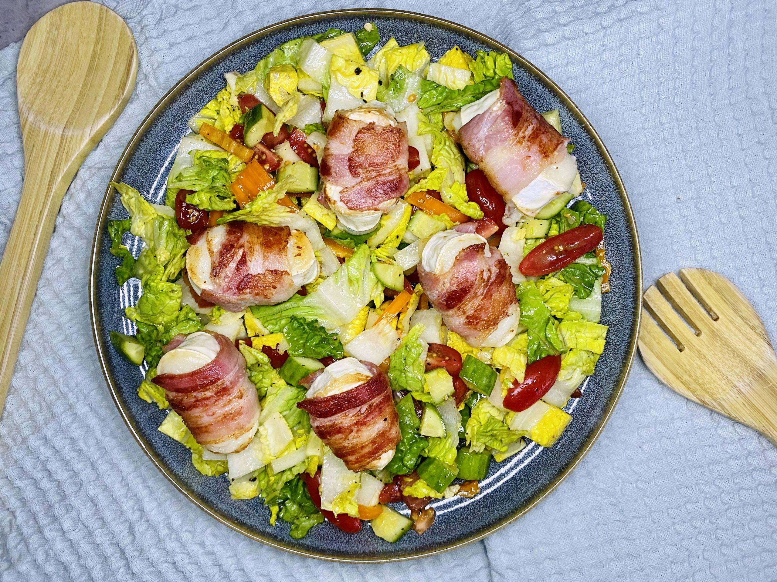 Salat mit Ziegenkäse im Speckmantel