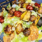 Gemüse-Fleisch-Spieße mit Salat