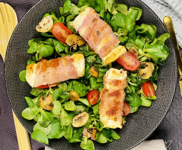 Feta im Speckmantel auf Salat