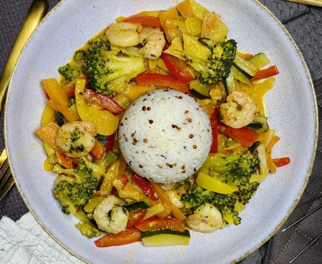 Schnelle Asia Pfanne mit Garnelen und Reis
